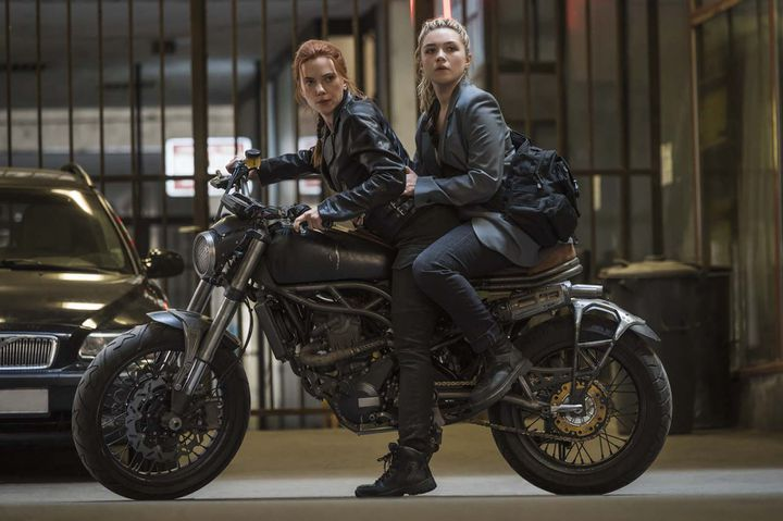 "Scarlett Johansson et Florence Pugh dans ""Black Widow"" deCate Shortland (2021). (COURTESY OF MARVEL STUDIOS)"