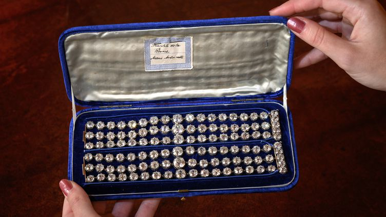 Cette photo prise le 6 septembre 2021 à Genève (Suisse) montre les deux bracelets en diamants de la reine Marie-Antoinette mis aux enchères chez Christie's le 9 novembre 2021 à Genève. (FABRICE COFFRINI / AFP)