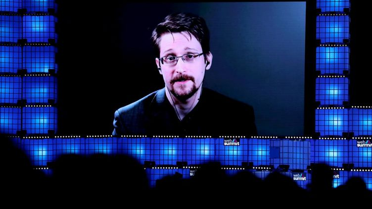 Edward Snowden donne une conférence de presse en visioconférence depuis la Russie au sommet annuel de la technologie de Lisbonne, le 4 novembre 2019. (PEDRO FIUZA / NURPHOTO / AFP)