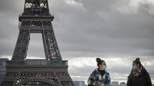 Deux passantes masquées à Paris, le 4 octobre 2020. (JACOPO LANDI / HANS LUCAS / AFP)
