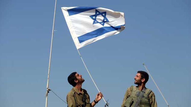 (Deux soldats israélien à la frontière de la bande de Gaza © Maxppp)