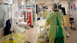 Des infirmières avec un patient atteint du Covid-19, le 19 mai 2020, au CHU de Nantes. (LOIC VENANCE / AFP)