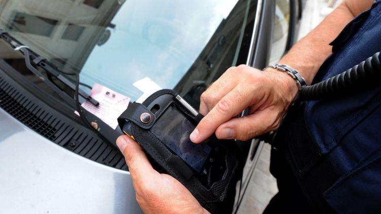 Un agent de surveillance de la voie publique distribue une amende, le 14 juin 2017. (MAXPPP)