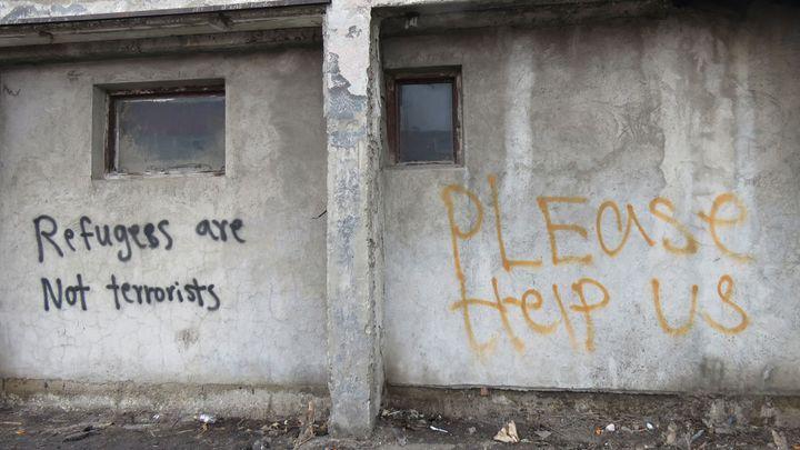 Partout sur les murs de l'entrepôt, des appels à l'aide. (CARE)