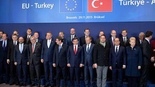 Les dirigeants turcs et européens à Bruxelles (Belgique), le 29 novembre 2015, pour un sommet commun. (DURSUN AYDEMIR / AFP)