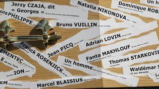 Un faux cercueil est recouvert de noms des sans-abri morts dans la rue, lors d'une manifestation contre la crise du logement, le 10 novembre 2011 à Paris. (MICHEL STOUPAK /CITIZENSIDE / AFP)