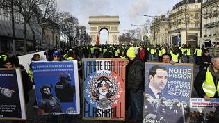 """Des """"gilets jaunes"""" manifestent sur l'avenue des Champs-Elysées, à Paris, le 9 février 2019. (JULIEN MATTIA / SPUTNIK / AFP)"""