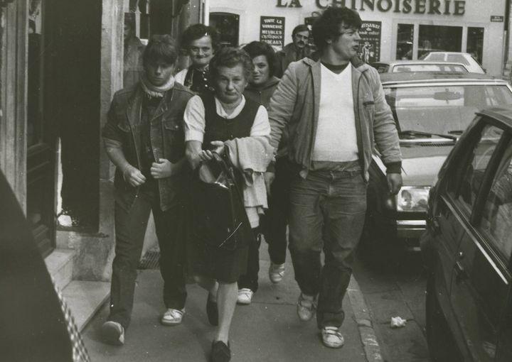 Murielle Bolle (à gauche) accompagnée par l'un de ses frères et sa mère le jour de sa confrontation avec Bernard Laroche, le 9 novembre 1984, à Nancy (Meurthe-et-Moselle). (ER / MAXPPP)