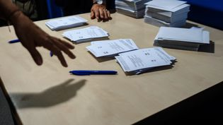 Dans un bureau de vote du référendum d'autodétermination de la Catalogne, à Barcelone (Espagne), le 1er octobre 2017. (EDUARDO SANZ NIETO / CITIZENSIDE / AFP)