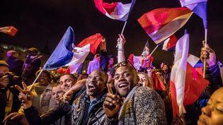 Des partisans d'Emmanuel Macron célèbrent la victoire de leur champion sur l'esplanade du Louvre à Paris, dimanche 7 mai 2017. (MAXPPP)