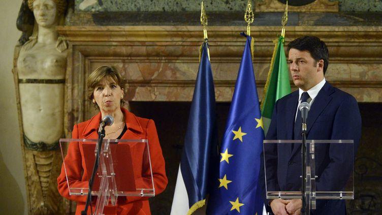 Le président du Conseil italien, Matteo Renzi, à l'ambassade de France à Rome avec l'ambassadrice Catherine Colonna, participera à la grande marche républicaine dimanche 11 janvier 2015 à Paris. (TIZIANA FABI / AFP)