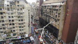 Un immeuble ravagé par un incendie dans la ville de Kaohsiung (Taïwan), le 14 octobre 2021. (STR / CNA / AFP)