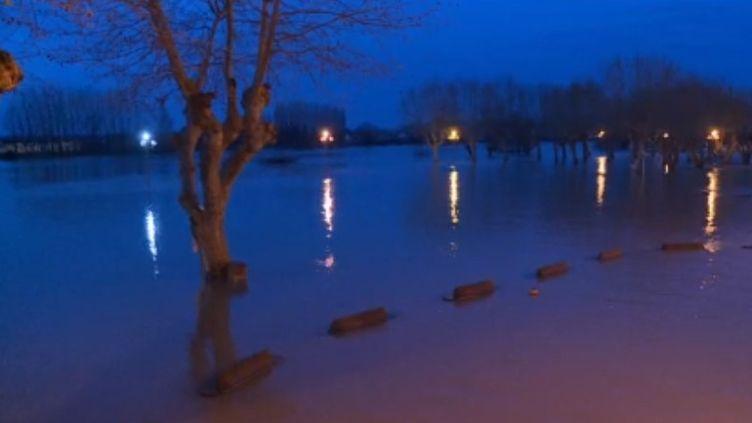 Conséquence des pluies violentes survenue dans le sud-ouest du pays, la Garonne est toujours en crue, mardi 17 décembre. Les débordements sont importants, notamment à La Réole (Gironde). La commune s'organise pour apporter des repas aux personnes isolées par la montée des eaux. (FRANCE 3)