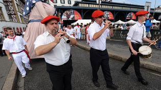 """Des gaiteros lors d'une parade de """"géants"""" aux fêtes de Bayonne le 31 juillet 2019. (IROZ GAIZKA / AFP)"""