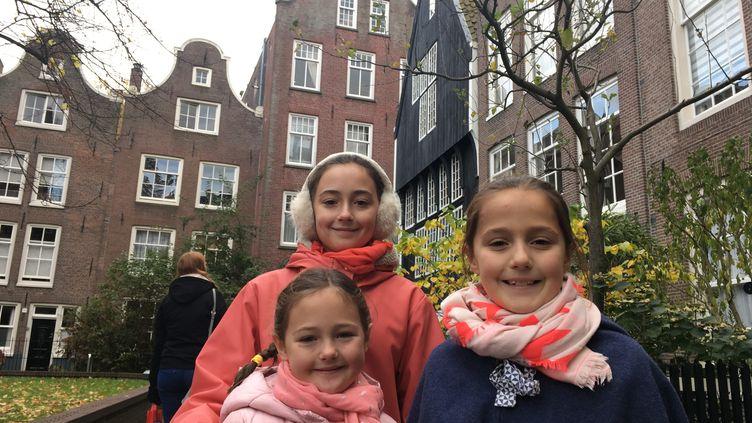 Bérénice et ses deux soeurs, Babeth et Faustine, à Amsterdam. (INGRID POHU / RADIO FRANCE)
