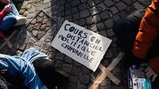 Une pancarte de protestation rédigée par des étudiants, le 18 janvier 2021, à Paris. (JÈRÙME LEBLOIS / HANS LUCAS)