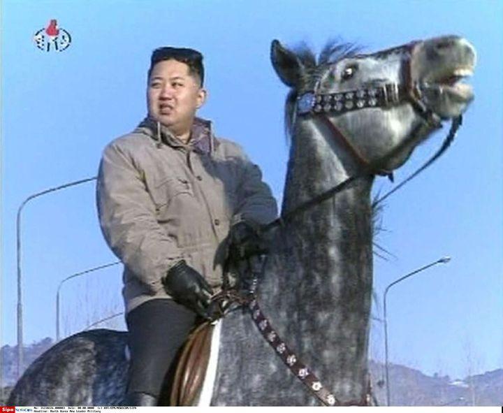 Capture d'écran de la télévision officielle nord-coréenne montrant Kim Jong-un, le dirigeant du pays, à cheval. Les images, non-datées, ont été diffusées le 8 janvier 2012. (KRT / EPN / NEWSCOM /SIPA USA)
