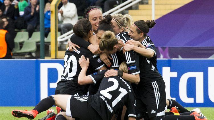 Les joueuses de Francfort célèbrent l'ouverture du score de leur équipe face au PSG, jeudi 14 mai 2015, en finale de la Ligue des champions féminine à Berlin (Allemagne). (JOHN MACDOUGALL / AFP)