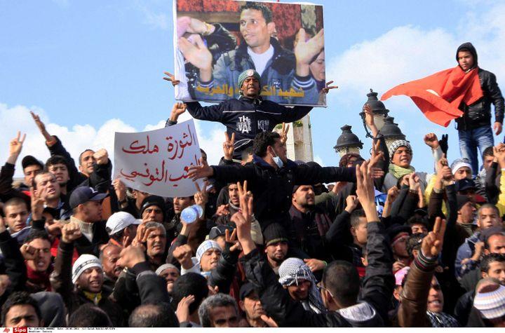 Des manifestants portent l'affiche de Mohamed Bouazizi, à Tunis, le 28 janvier 2011. (SALAH HABIBI/AP/SIPA / AP)