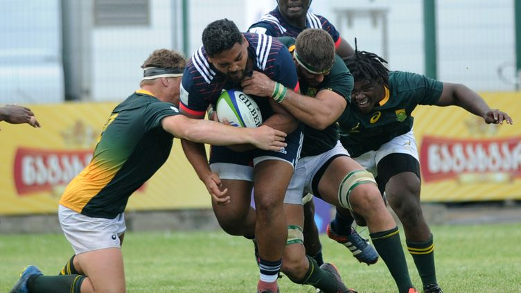 Les joueurs de l'équipe de France des moins de 20 ans pris dans la tenaille sud-africaine. (VANO SHLAMOV / AFP)