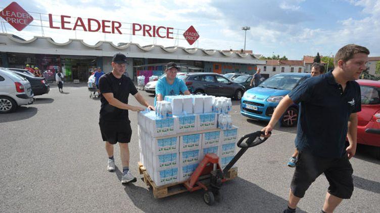 (A Roanne (42), les producteurs ont récupéré dans les supermarchés des briques de lait étrangères et les ont distribuées sur la voie publique pour protester contre la faiblesse des prix à la vente © MaxPPP)