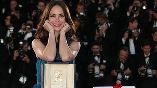 """Bérénice Bejo pose, le 26 mai 2013 au festival de Cannes, avec sonPrix d'interprétation féminine pour son rôle de mère déchirée dans """"Le Passé"""" d'Asghar Farhadi. (LOIC VENANCE / AFP)"""