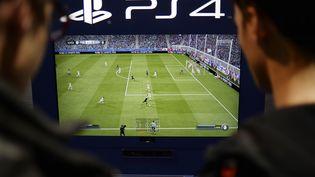 Deux joueurs s'affrontent sur une console PlayStation 4 de Sony au salon Paris Games Week, le 29 octobre 2014 à Paris. (STEPHANE DE SAKUTIN / AFP)
