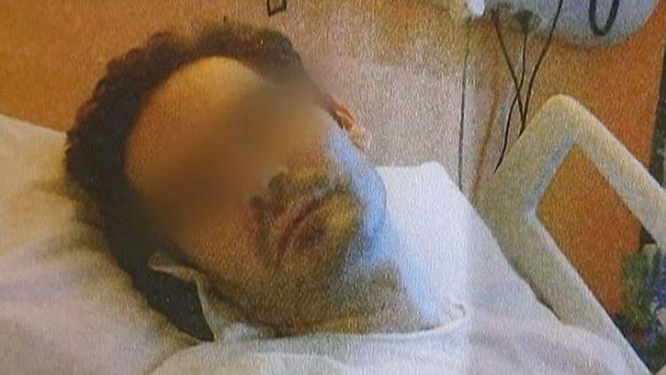 Vincent Lambert sur son lit d'hôpital, en 2013. (FRANCE 2 / FRANCEINFO)