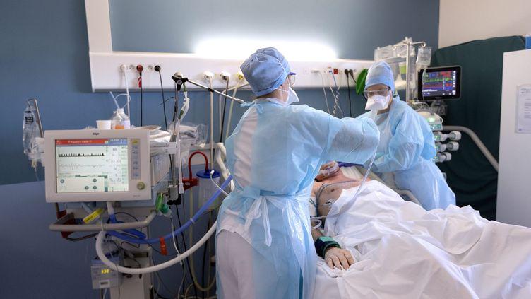 Des infirmières prennent en charge un patient en réanimation au sein de l'unité Covid de la clinique du Parc, àCastelnau-le-Lez (Hérault), le 1er avril 2021. (MAXPPP)
