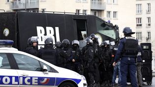 Des policiers du RAID ont pris position le 9 janvier 2015 à Saint-Mandé, porte de Vincennes, où se déroule une prise d'otages. (THOMAS SAMSON / AFP)