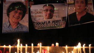 A Tirana, des journalistes albanais affichent leur solidarité avec l'équipe de Charlie. (GENT SHKULLAKU / AFP)