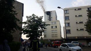 Une mère de famille et trois de ses enfants ont été retrouvés morts au 17ème étage d'un immeuble touché par un incendie, le 26 juillet 2018 à Aubervilliers (Seine-Saint-Denis). (RÉMI BRANCATO / FRANCE-BLEU 107.1)