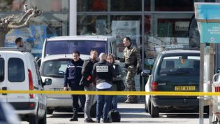 Les forces de l'ordre positionnées au supermarché de Trèbes (Aude) après une prise d'otages, le 23 mars 2018. (MAXPPP)