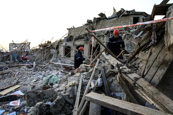 Les équipes de secours s'activent dans les ruines d'une maison frappée par un tir de roquette, à Gandja, le 17 octobre 2020. (UMIT BEKTAS / REUTERS)