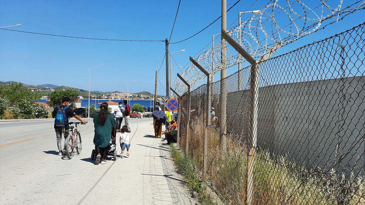 Aux abords du camp de Kara Tepe, à Lesbos, en Grèce. (BENJAMIN  ILLY / RADIO FRANCE)