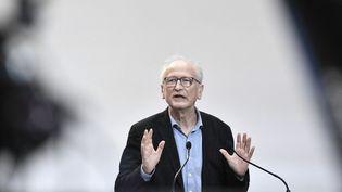 Alain Fischer, le président du Conseil d'orientation de la stratégie vaccinale, lors d'une conférence de presse, à Paris, le 25 février 2021. (STEPHANE DE SAKUTIN / AFP)