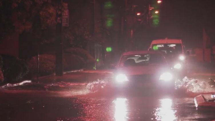 Des voitures, dans l'Hérault, sous la pluie. (France 2)