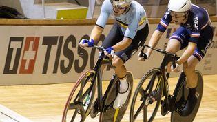 Le Belge Kenny De Ketele et le champion du monde français Benjamin Thomas, lors de la course aux points masculine,vendredi 22 octobre 2021, pourla troisième journée des championnats du monde de cyclisme sur piste, à Roubaix. (BENOIT DOPPAGNE / AFP)