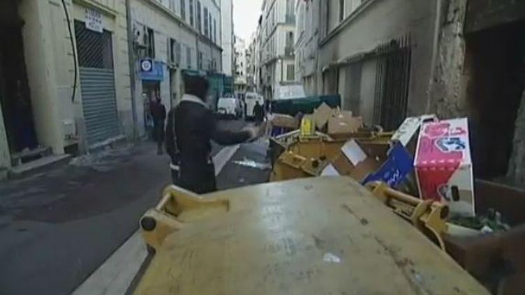 Des poubelles dans les rues de Marseille (Bouches-du-Rhône), mercredi 4 janvier 2012. (ISABELLE STAES ET CHRISTOPHE LA ROCCA - FRANCE 2)