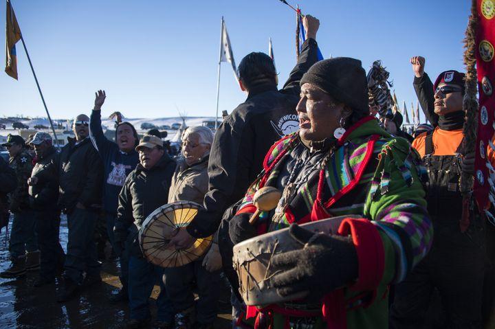 Manifestation d'activistes dans la réserve Sioux de Standing Rock, aux Etats-Unis, en décembre 2016. (JIM WATSON / AFP)