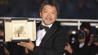 """Kore-eda Hirokazu avec sa Palme d'or pour """"Une affaire de famille"""" au 71e Festival de Cannes (2018)  (Arthur Mola/AP/SIPA)"""