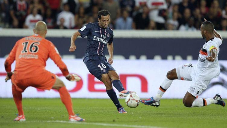 Nene (Paris-Saint-Germain) tente de s'extirper de la défense de l'Athletic Bilbao (Ibai Gomez)