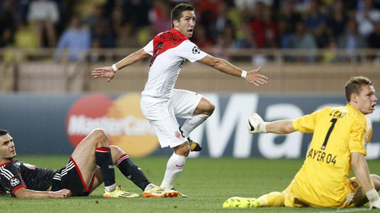 Joao Moutinho (Monaco) trompe Leno, le gardien du Bayer Leverkusen (VALERY HACHE / AFP)