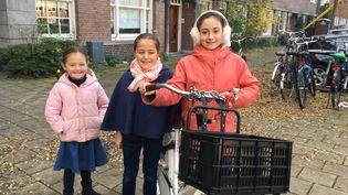 Babeth, Faustine et Bérénice nous guident à vélo à Amsterdam, où elles vivent. (INGRID POHU / RADIO FRANCE)