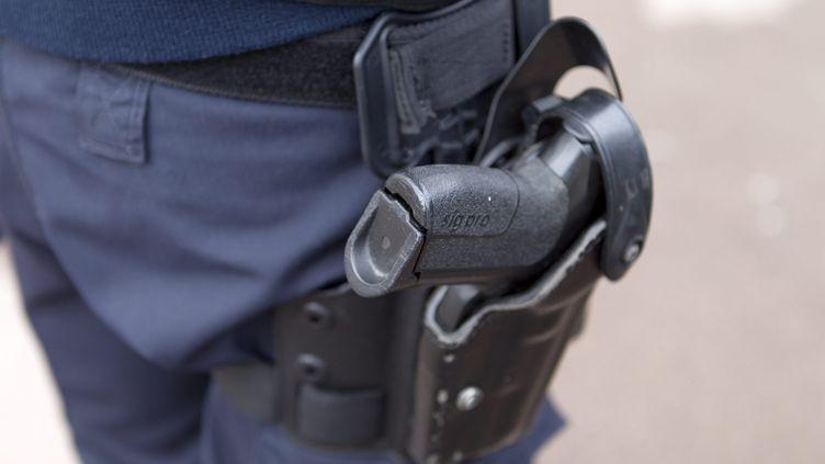Un policier porte son arme à la ceinture, le 9 février 2017 à Montpellier (Hérault). (MAXPPP)