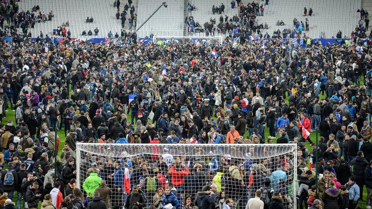 Le public du Stade de France sur la pelouse le 13 novembre 2015 (THOMAS EISENHUTH / DPA)