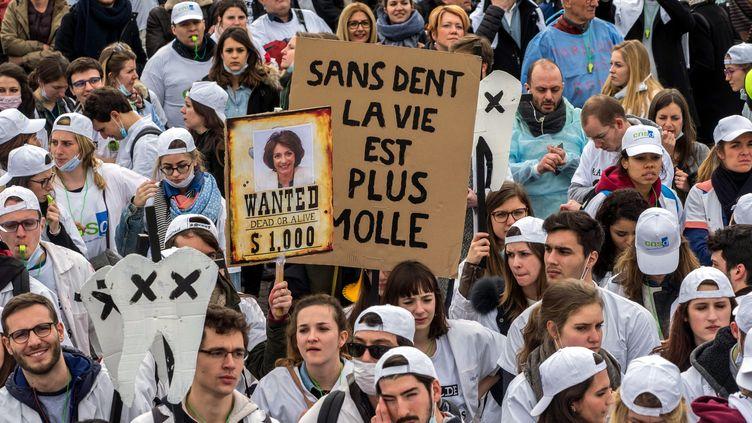 Dentistes et prothésistes ont défilé ce vendredi près du ministère de la Santé, à Paris. (MAXPPP)