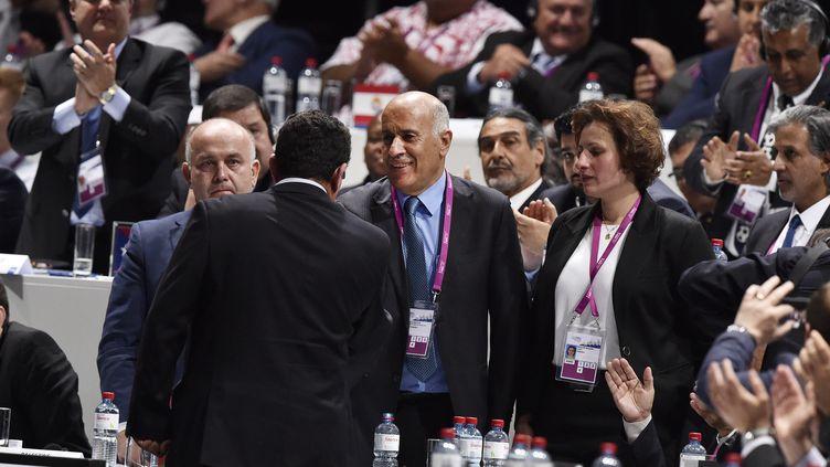 L'Israélien Ofer Eini serre la main du Palestinien Jibril Rajoub, lors du 65e congrès de la Fifaà Zurich (Suisse), le 29 mai 2015. (MICHAEL BUHOLZER / AFP)
