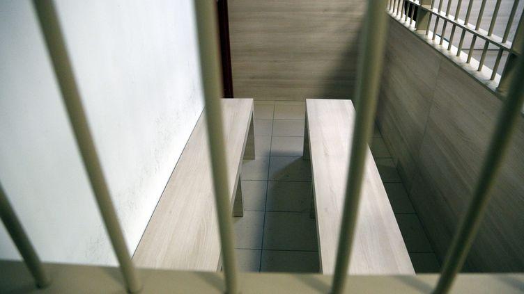 Un box de prévenu du tribunal de grande instance d'Aix-en-Provence (Bouches-du-Rhône), le 22 janvier 2018. (MAXPPP)