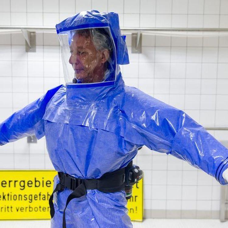 Un médecin allemand teste un équipment de protection contre le virus Ebola, le 11 août 2014 à Berlin (Allemagne). (THOMAS PETER / REUTERS)
